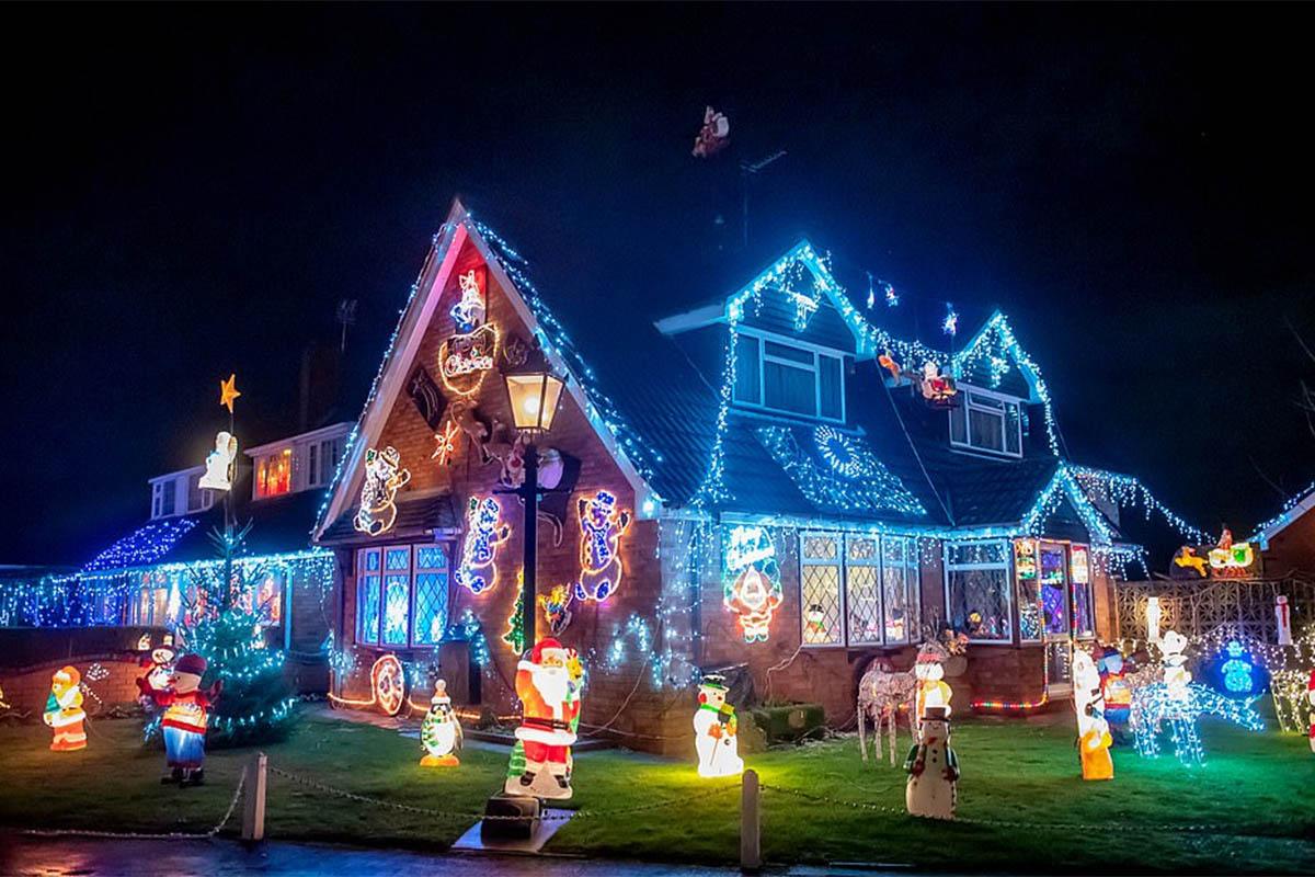А вы сможете? Соседи превратили деревню в страну чудес, украсив к Рождеству