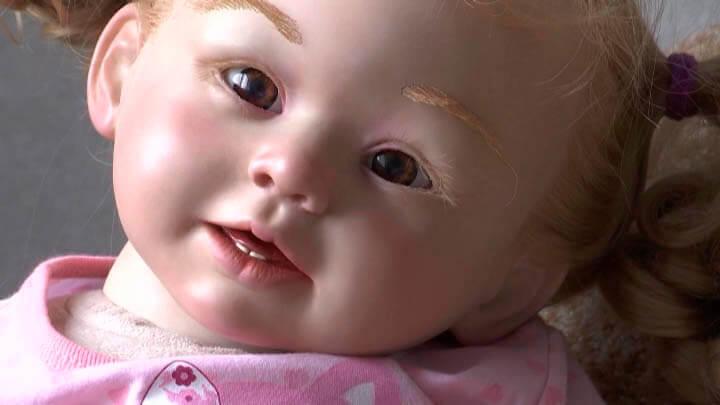 На Кубани женщина делает кукол, похожих на живых детей