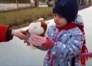 В Краснодаре дети дарили прохожим на улице игрушки