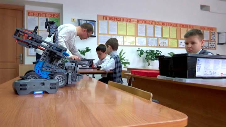 В Тимашевске школьники приступили к занятиям в мобильном «Кванториуме»