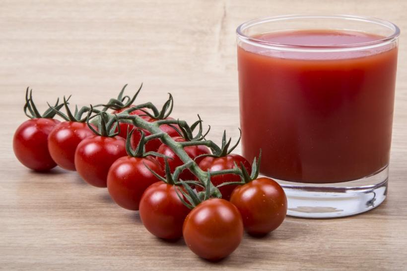 Несоленый томатный сок снижает давление