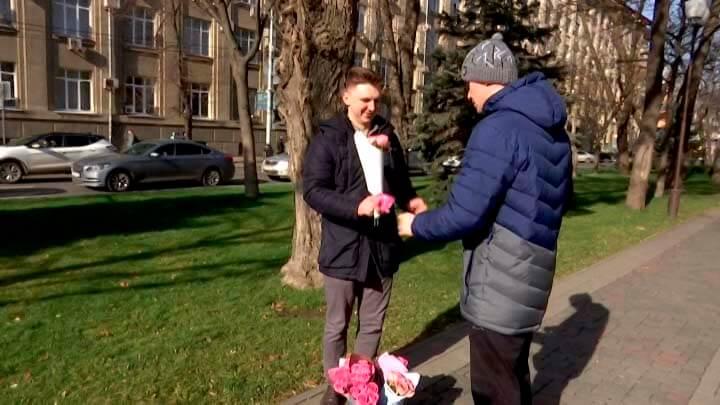 Житель Краснодара начал успешный бизнес с картонной таблички и ведра цветов