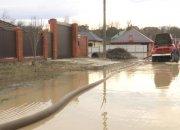 Подтопленцы из Горячего Ключа продолжают откачку воды из домов и подвалов