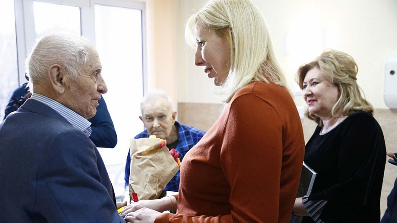Анна Минькова пообщалась с ветеранами в краевом госпитале