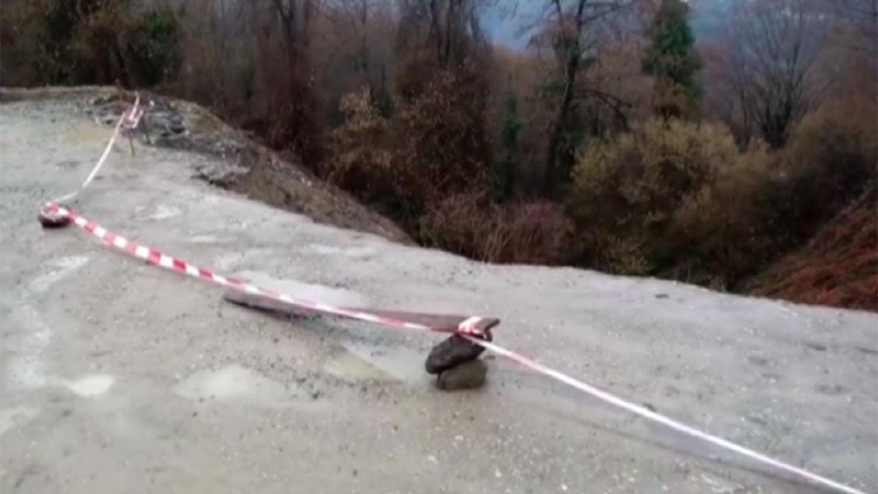 Жители Сочи высказали мнение о причинах обвала грунта на дороге