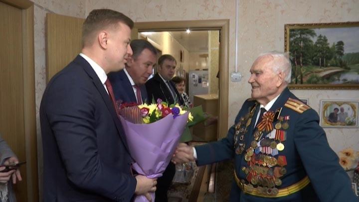 В Краснодаре поздравили ветерана Николая Давыдова с Днем защитника Отечества
