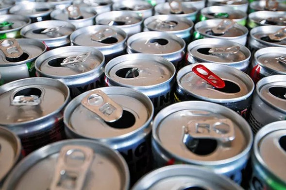 Диетолог: здоровому взрослому человеку можно пить энергетики