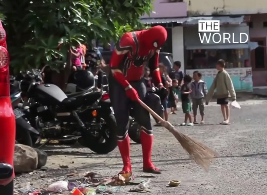 В Индонезии человек-паук борется с мусором и пластиковым загрязнением