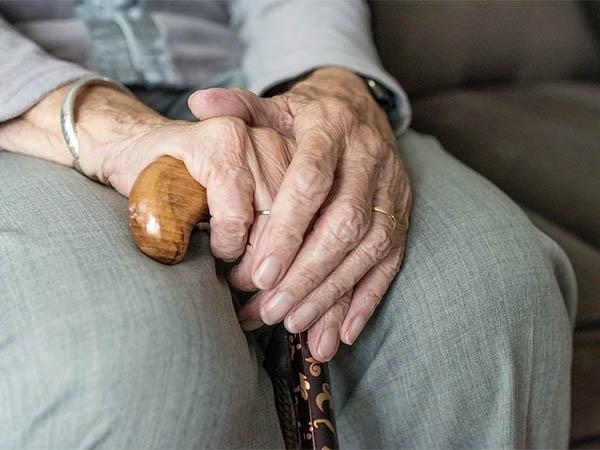 Одна голова хорошо, а две лучше: одинокие люди чаще болеют деменцией