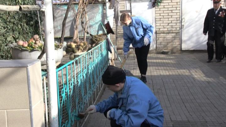В Темрюке волонтеры помогли пенсионеру с уборкой в доме и во дворе