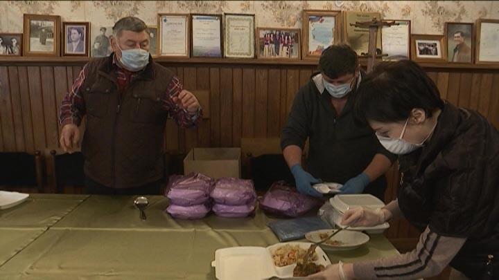 В Сочи национальные общины накормили горячими обедами медиков