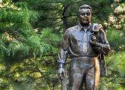 Память в камне: человек, похожий на Брежнева, в Новороссийске