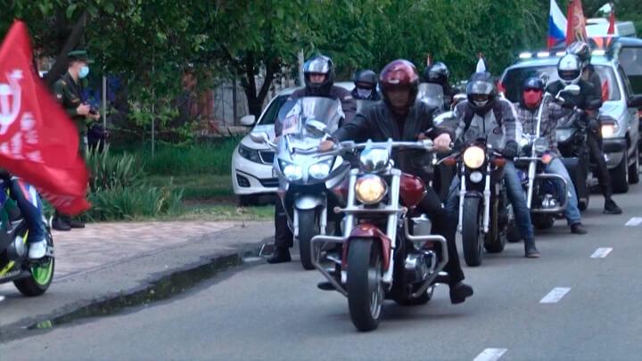 Кубанских ветеранов с юбилеем Победы поздравили байкеры, военные и артисты