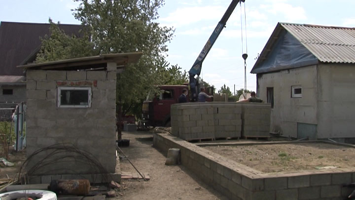 В Белореченском районе местные власти помогли семье погорельцев