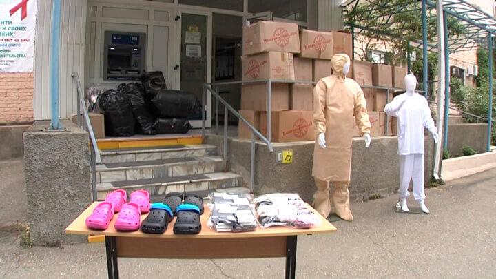 В Краснодаре врачам городской больницы № 3 передали защитную одежду и обувь