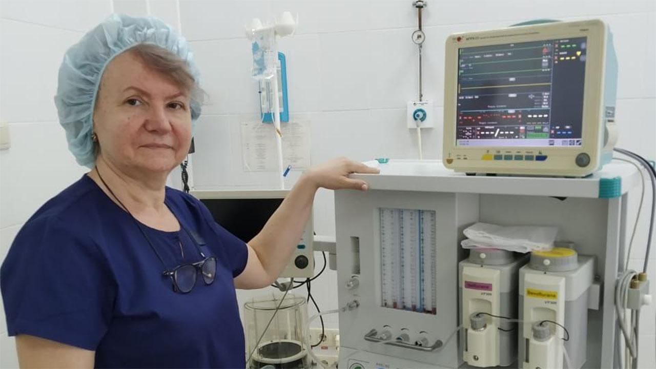 Жизнь — маска: как пенсионерка-анестезиолог помогает коллегам из «красной зоны»