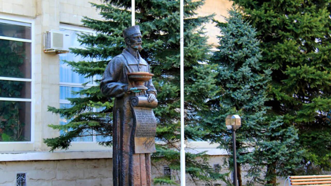 Память в камне: два монумента одному врачу в Анапе