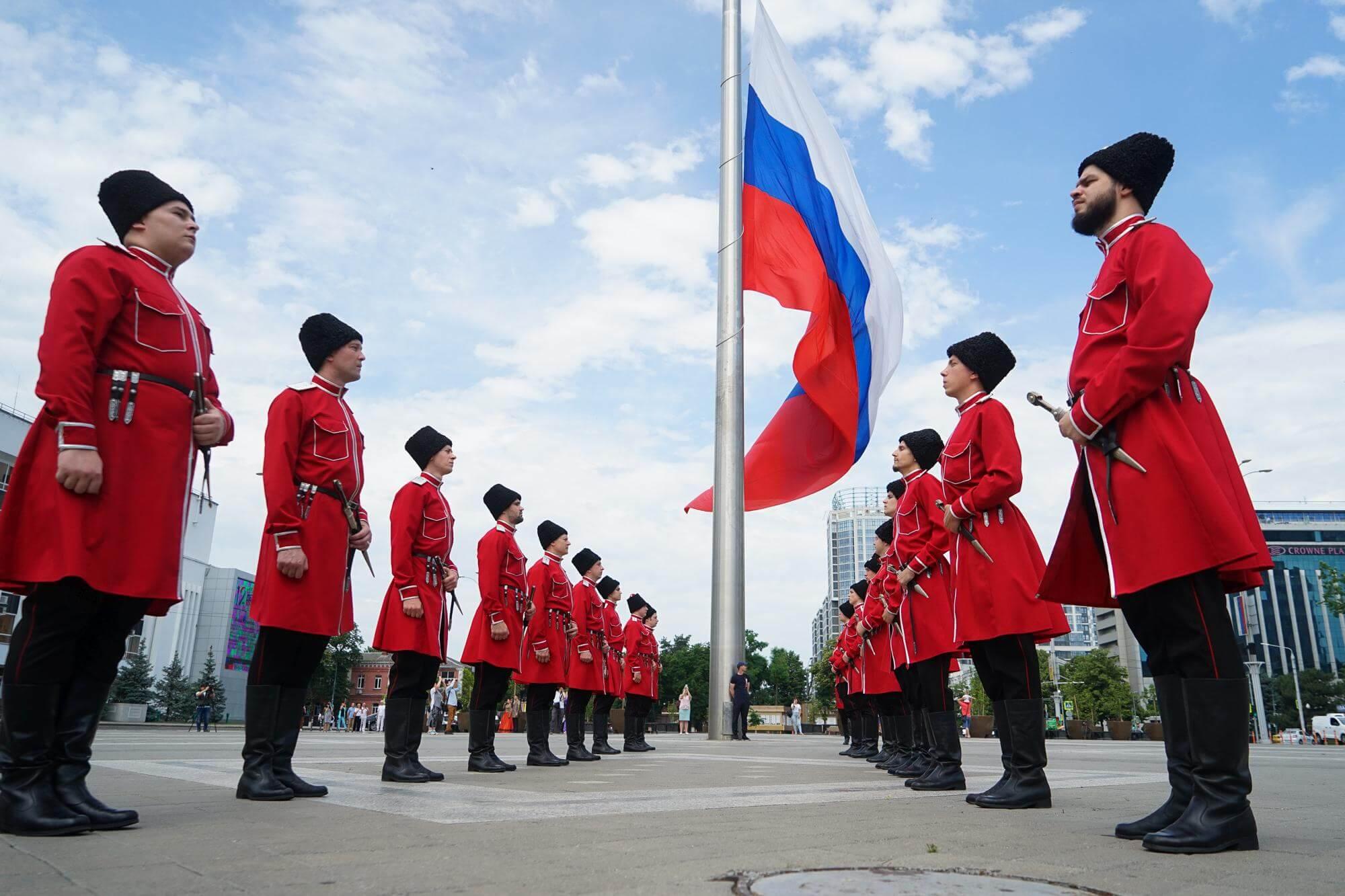 Краснодар: торжественное поднятие флага в День России. Фото