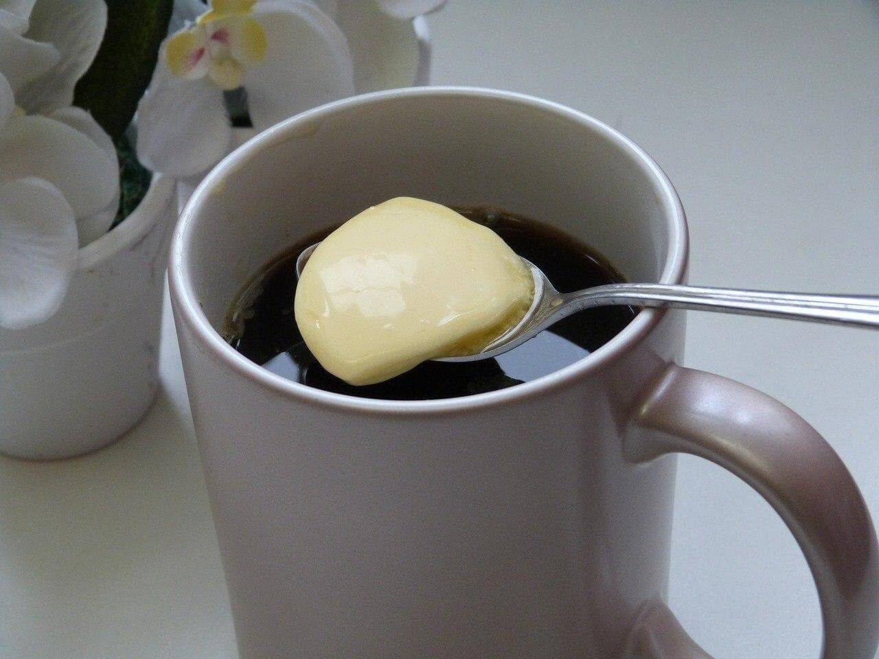 Сырный или яичный кофе: странные рецепты напитка со всего мира