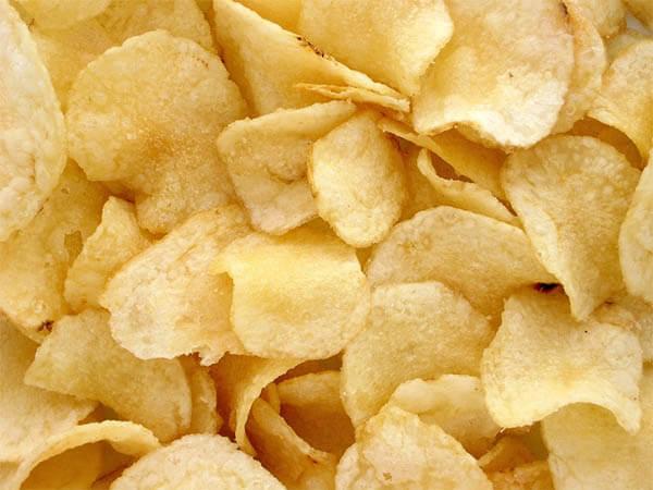 Диетолог: маленькая упаковка чипсов не вреднее фруктов