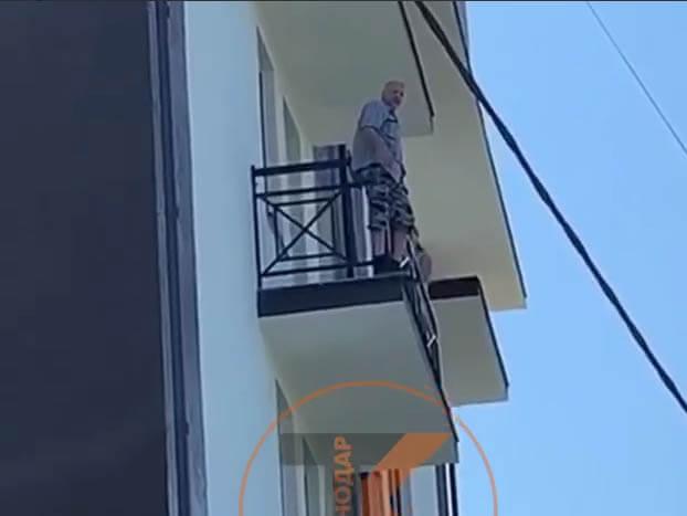 В Сочи мужчина угрожал спрыгнуть с балкона, если его дом начнут сносить