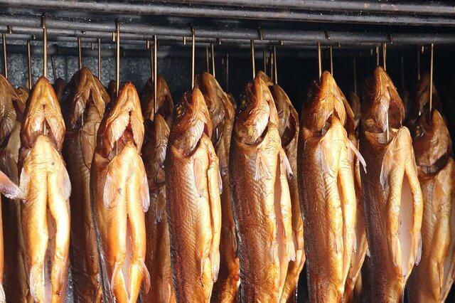 Вкусно, но опасно: копченая рыба вызывает болезни печени