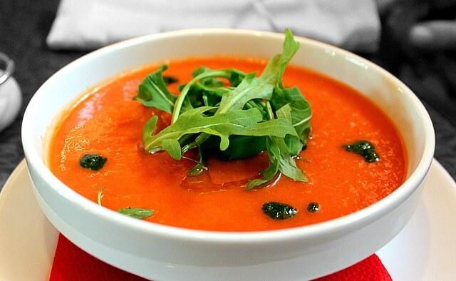 Альтернативы окрошке: шеф-повар назвал рецепты легких летних супов