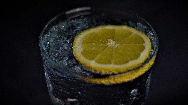 Одно действие — много пользы, или 11 причин пить по утрам лимонную воду
