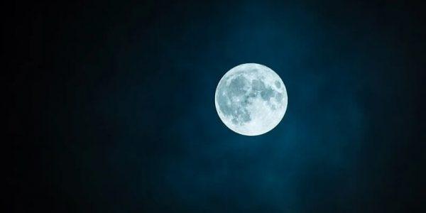 луна, пыль