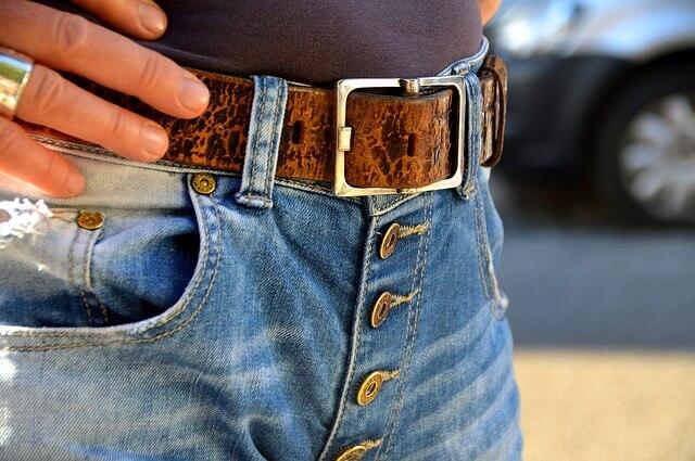 Названы заболевания, при которых не рекомендуется носить джинсы с высокой талией