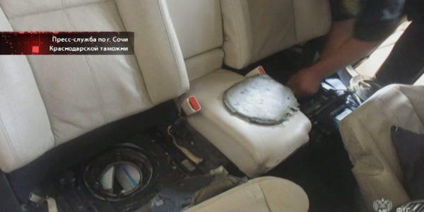 Женщина пыталась нелегально провезти в Сочи сигареты в машине премиум-класса