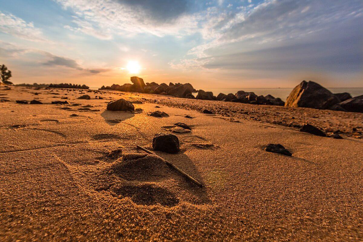 1200px-Sunrise_on_the_Azov_Sea