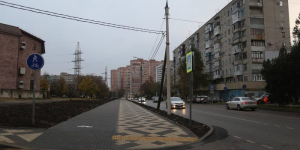 В Краснодаре на месте снесенных гаражей построили тротуар с велодорожкой