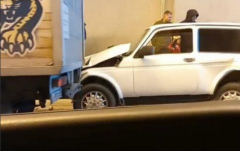 В Сочи в двойном ДТП в тоннеле машина сбила мужчину