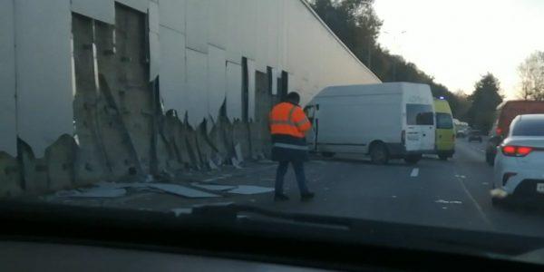В Сочи водитель микроавтобуса снес 50 метров обшивки кудепстинского моста