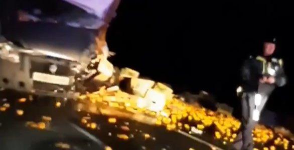 В Краснодарском крае на трассе «газель» с мандаринами протаранила КамАЗ. Видео