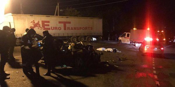 В Туапсинском районе в жестком лобовом ДТП иномарки с фурой погибли три человека