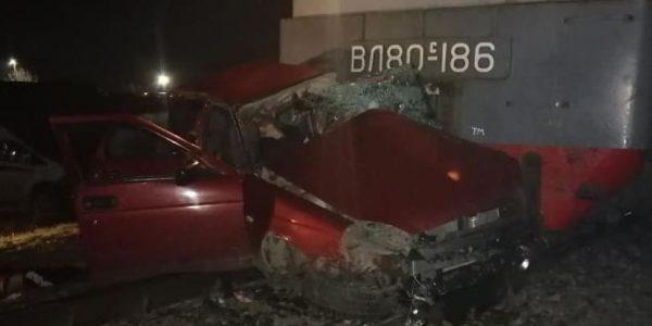 На Кубани поезд протаранил легковушку на переезде, четыре человека погибли