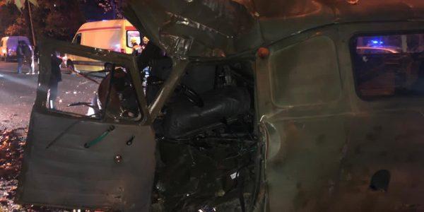 В Сочи фургон вылетел с дороги и врезался в дерево, водитель погиб