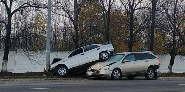 В Краснодаре во время ДТП иномарка припарковалась на лобовом стекле автомобиля