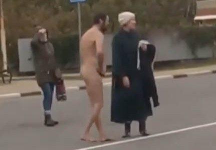 В Туапсинском районе голый мужчина бегал по трассе и кидался на автомобили