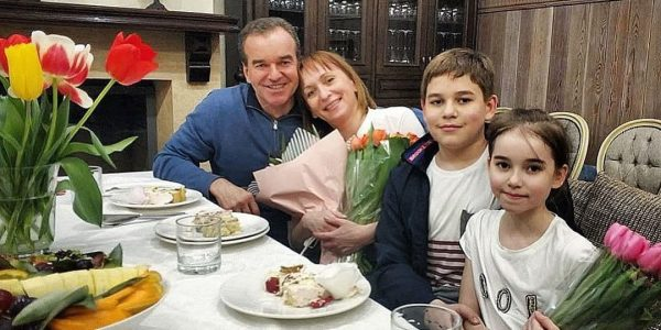 Вениамин Кондратьев поздравил женщин с Днем матери