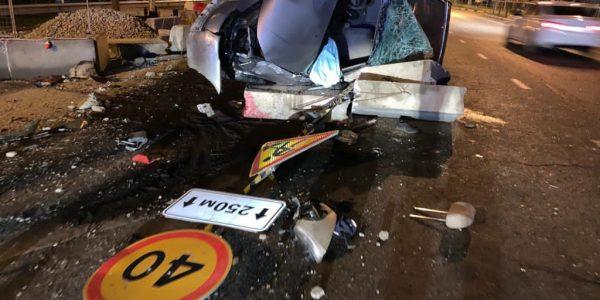 В Краснодаре мужчина без прав на иномарке протаранил бетонное ограждение