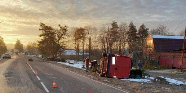 В Апшеронском районе грузовой фургон протаранил ВАЗ и перевернулся