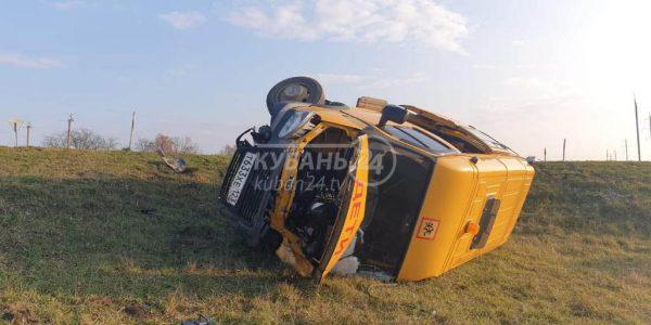 Появились фотографии с места ДТП со школьным микроавтобусом на Кубани