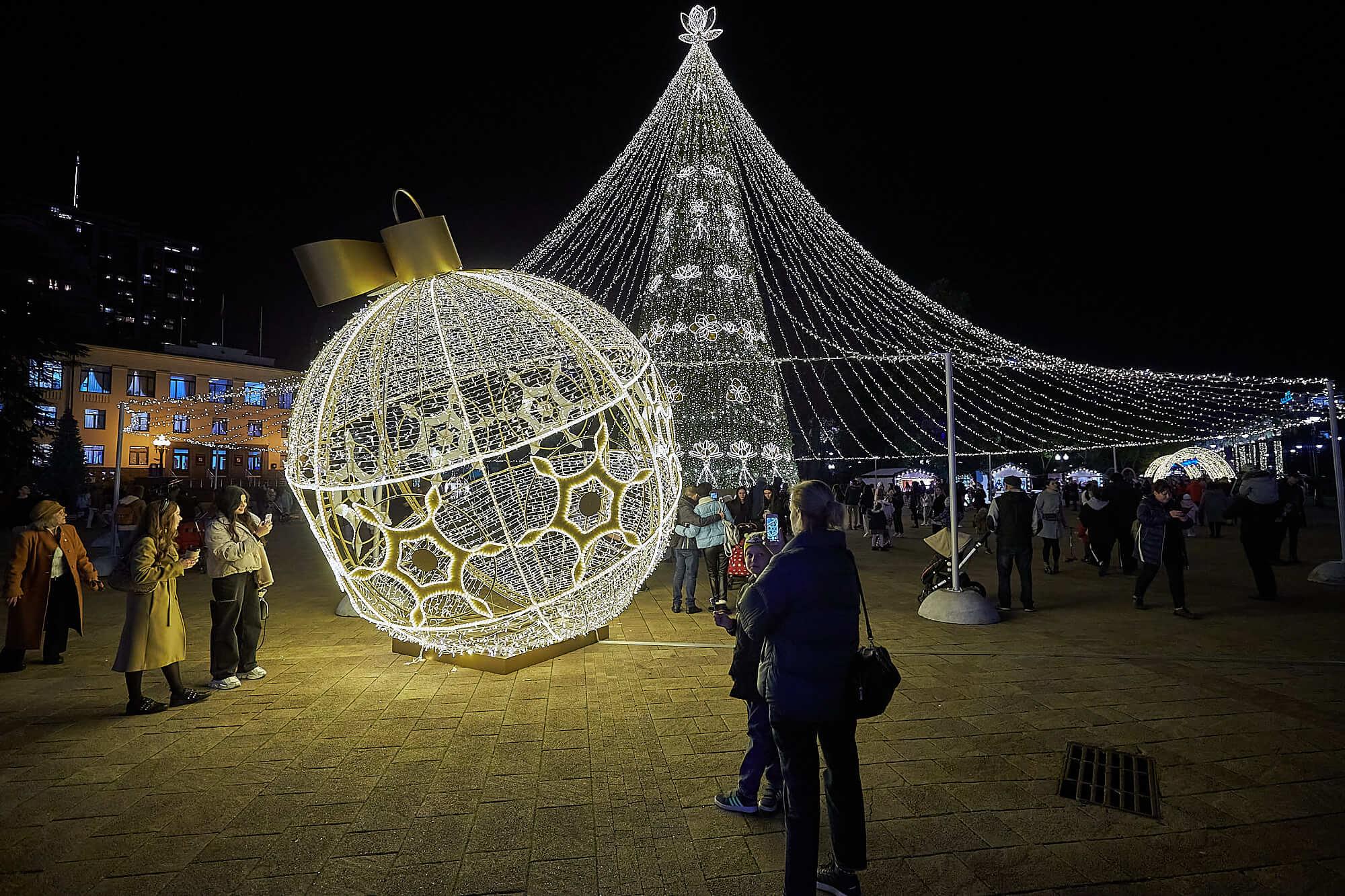 Новогодний Сочи: город украсили огромными шарами и светящимися пальмами