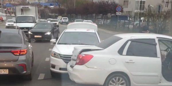 В Краснодаре произошло двойное ДТП с участием машины сервиса «Яндекс.Такси»