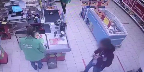 В Армавире мужчина с ножом ограбил продуктовый магазин ради алкоголя
