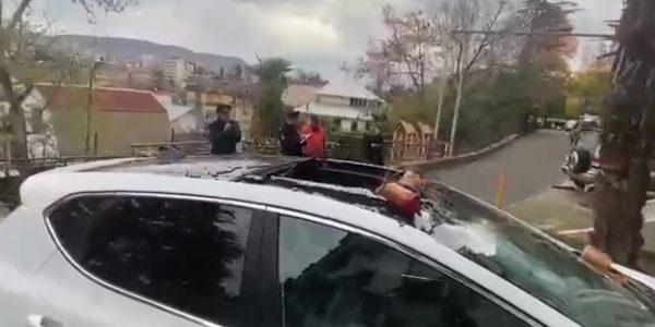 В Сочи женщина сбросила на иномарку соседа с высоты четыре банки с вареньем