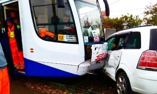 В Краснодаре иномарка вылетела на рельсы и протаранила трамвай